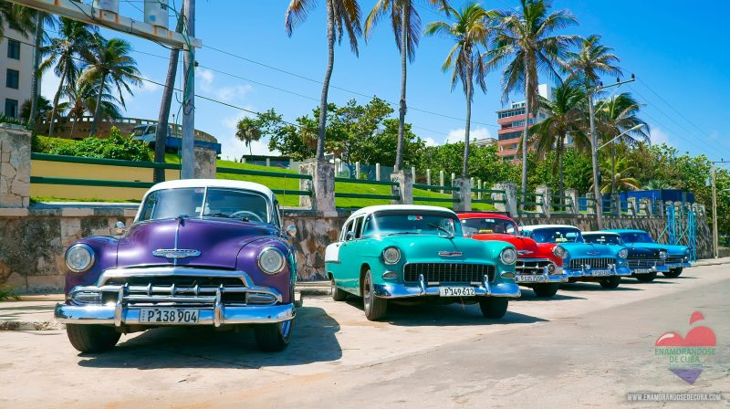 Autos clásicos de Enamorándose de Cuba